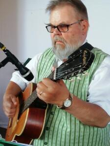 Aarre Tarkki, kitara ja laulu